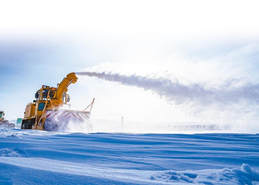 1月15日,拋雪機在瑪依塔斯風區清雪。(新華社)