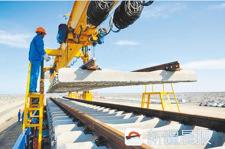 新疆克塔鐵路二期鋪軌,結束塔城不通火車歷史。(取自《新疆晨報》)