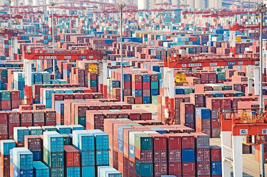 川普對大陸輸美2000億美元商品加稅,僅占大陸對外總出口額8%。圖為瀋陽營口港四處堆疊的貨櫃。(新華社資料照片)