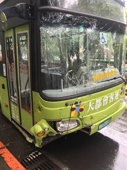 北市公車撞變電箱  供電受損無人傷