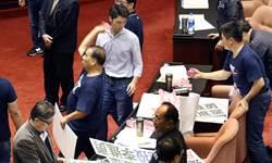 李進勇人事案爭議中通過 國民黨諷:民主退步黨