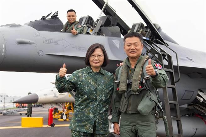 蔡英文總統上午全身穿新式迷彩服,視導戰機在彰化戰備跑道起降科目。軍聞社提供。