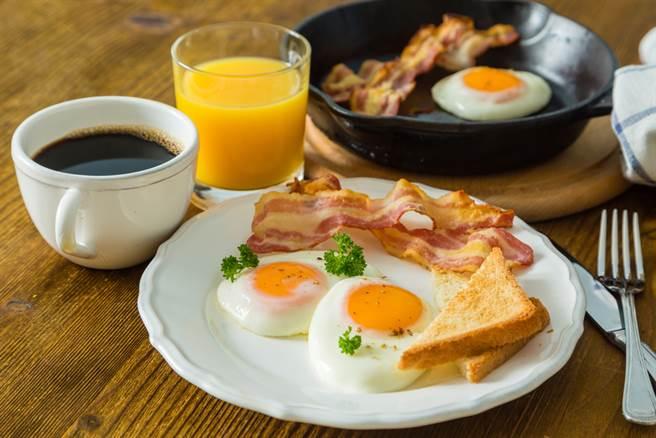 醫師推薦,早餐的第一口食物最好是溫熱的比較養胃。(達志影像)