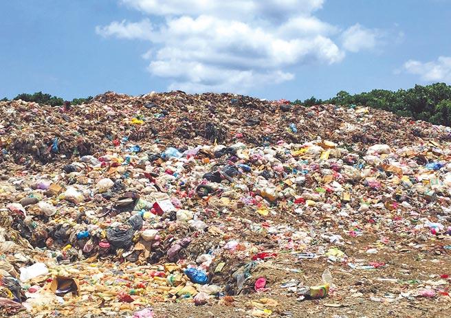 蘭嶼掩埋場因為垃圾轉運已停擺5個多月,堆積成兩樓高的垃圾山。(黃小莫提供)