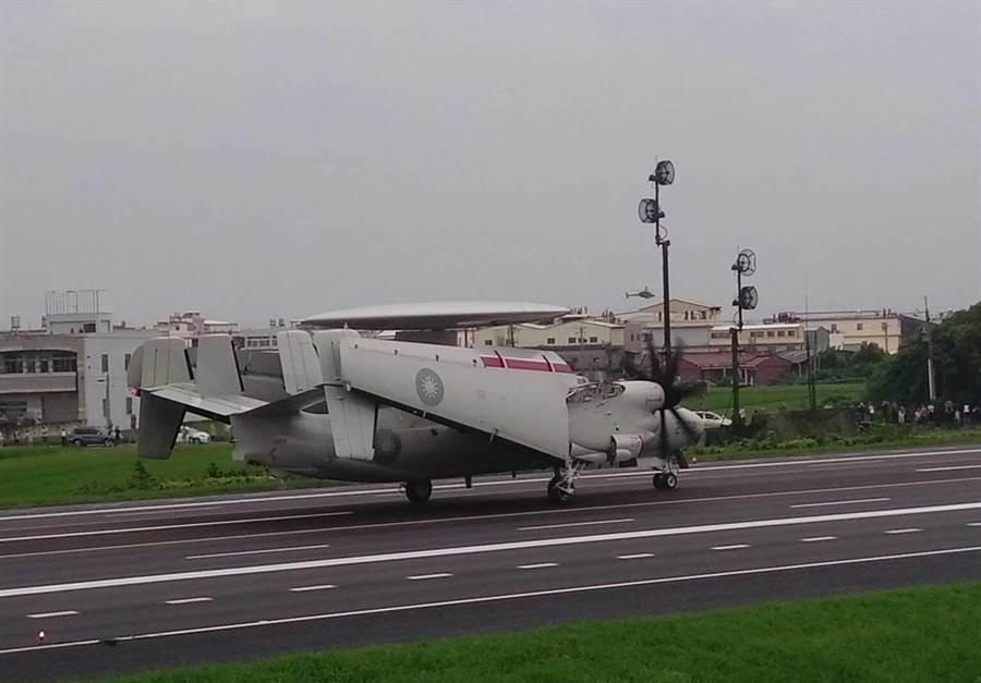 E-2K空中預警機在戰備道拆翼滑行。呂昭隆攝