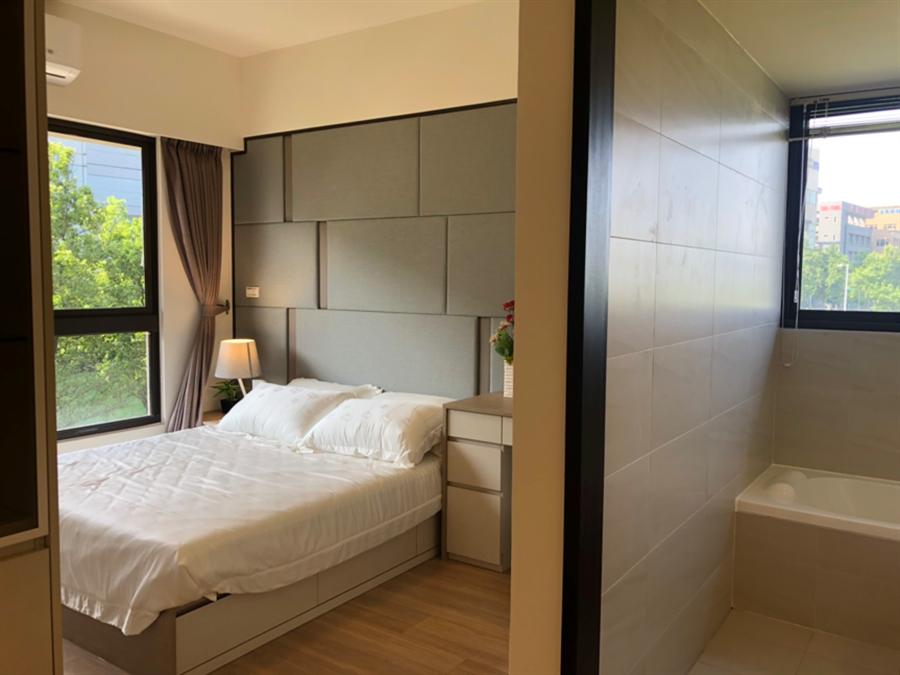 主臥大面積採光,3房衛浴開窗。圖/莊雪慧攝
