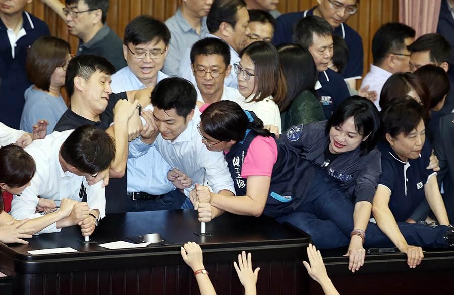 國民黨立委蔣萬安(中左)被民進黨立委拉走時,無黨籍立委陳玉珍(中右)緊拉住他。(姚志平攝)