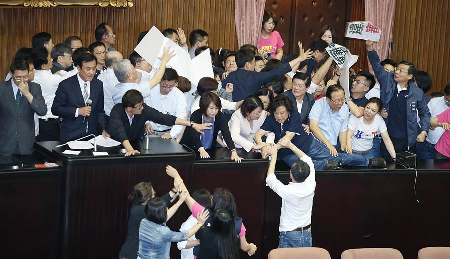 院長蘇嘉全(左二)進入議場宣布開始投票,國民黨立委(右)不滿丟標語抗議。(姚志平攝)