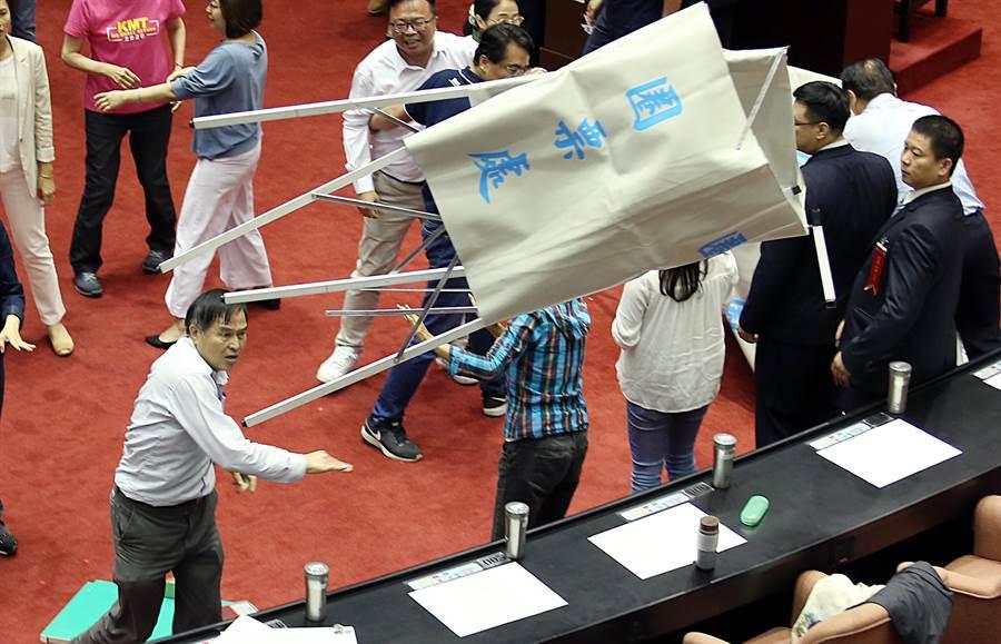 國民黨立委鄭天財(左下)拆圈票處抗議。(姚志平攝)