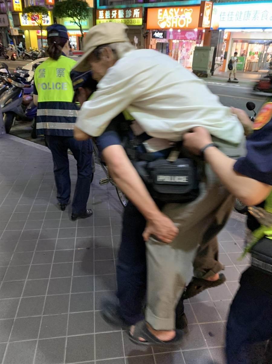 新北市永和警分局警员护送96岁田姓老翁返家。