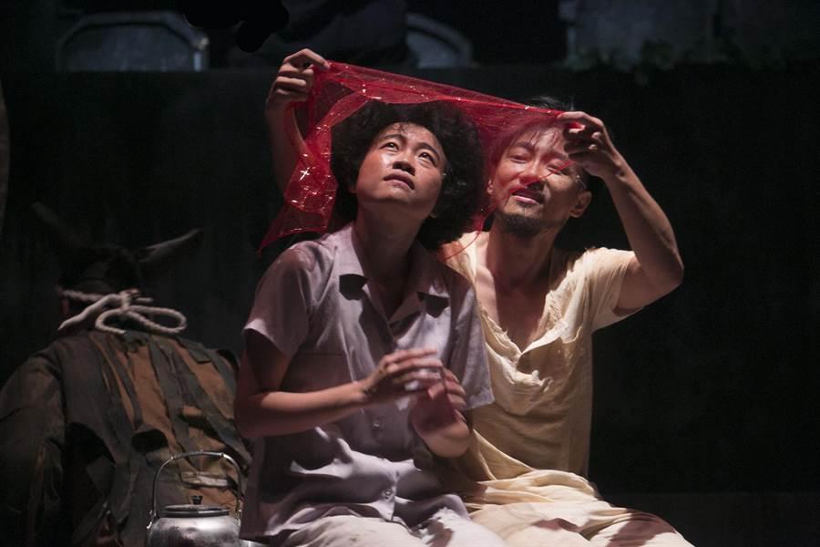 由日本導演流山兒祥執導的台語劇《嫁妝一牛車》,描述底層小人物,為求生存,強吞屈辱,以悲喜交織的心情活著。(阮劇團提供)
