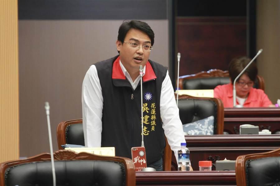 縣議員吳建志建請府成立青年申請創業貸款單一窗口。(范振和攝)