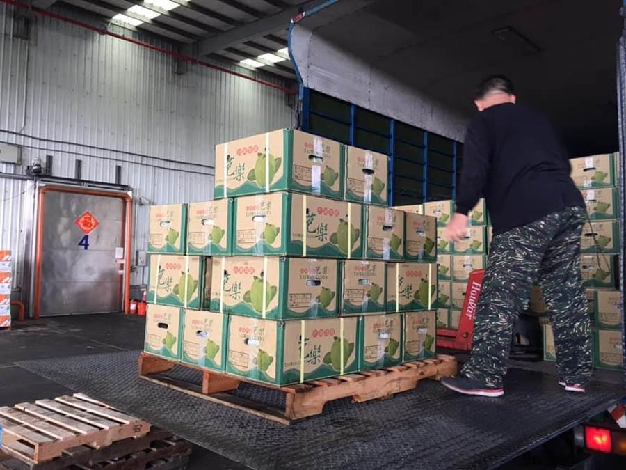 高雄市政府農業局協助貿易商以農協開發有限公司,5月15日起先以1櫃40呎貨櫃進軍香港巿場,產品包括六龜的木瓜200箱、紅龍果100箱、旗山芭樂等水果。(圖擷自吳芳銘臉書)