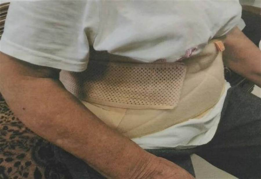 斗六市江厝里4名里民半年來屢被附近流浪狗追趕受傷、咬傷。(周麗蘭翻攝)