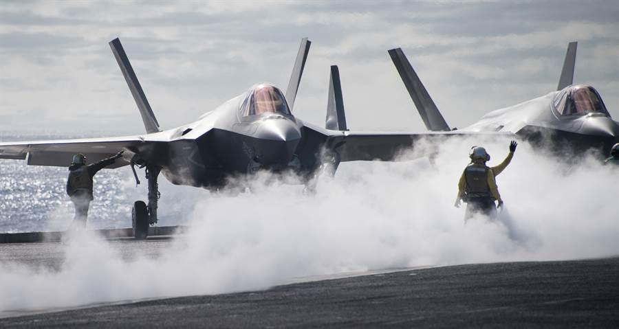 美國海軍的艦載隱形戰機F-35C已通過海軍驗證,並完成武器航電升級,即將登上航空母艦戰備。圖為F-35C在卡爾文森號航母甲板上。(圖/美國海軍)
