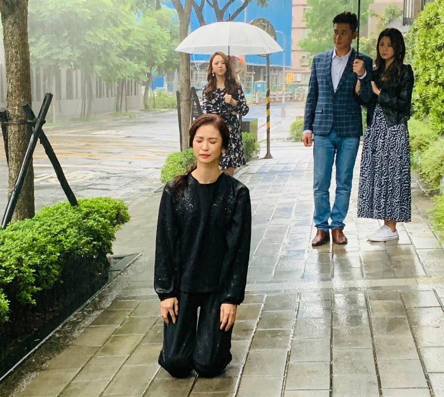陳小菁飾演的蔡韻如被逼三跪九叩認錯。(三立)