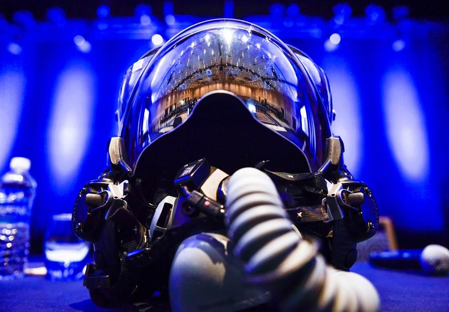 美軍F-35飛行頭盔是目前最先進的電子虛擬控制介面,未來的意念控制武器極可能會朝著現有頭盔技術繼續發展。(圖/美國空軍)