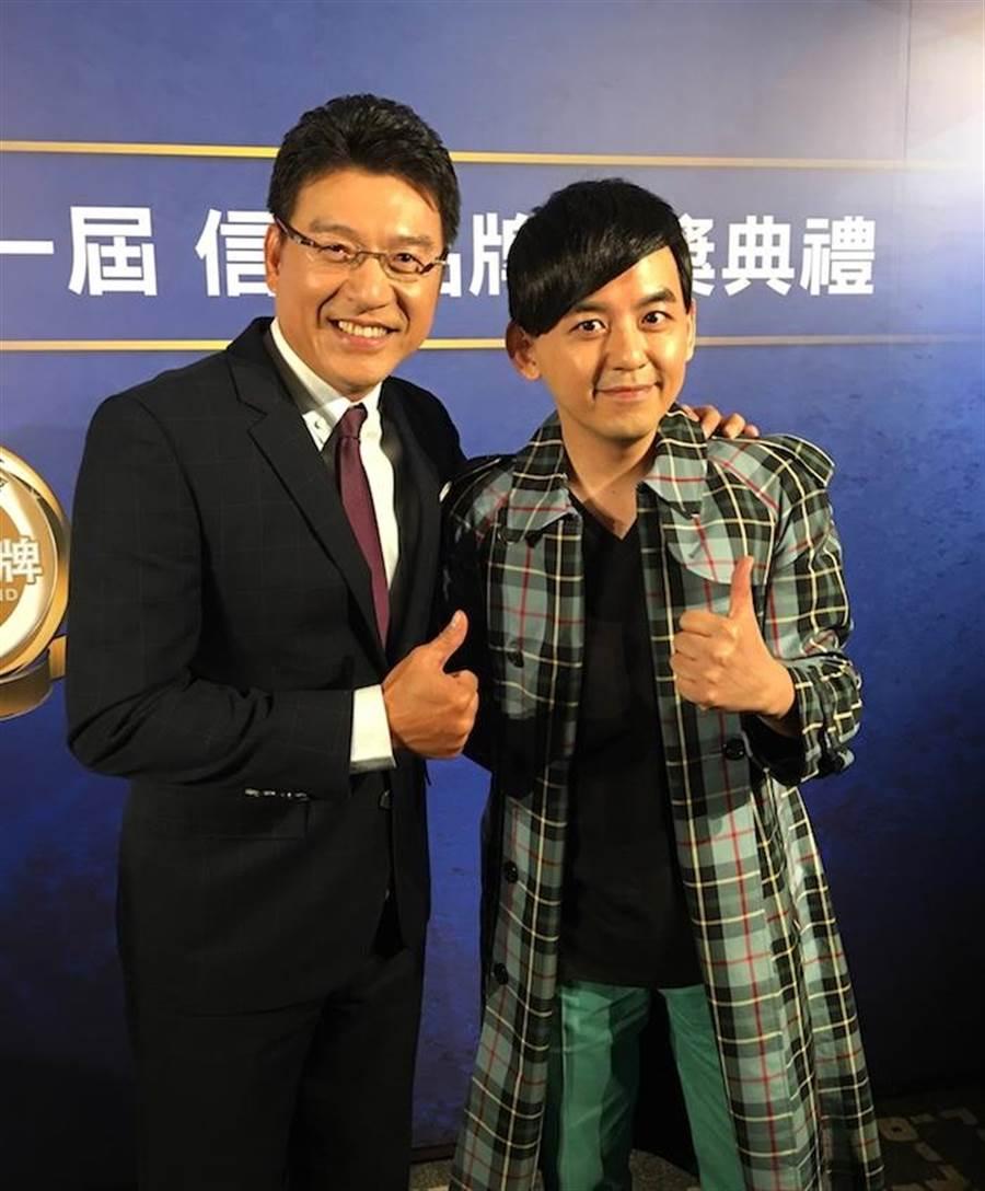 謝震武(左)與黃子佼開心領獎。洪秀瑛攝