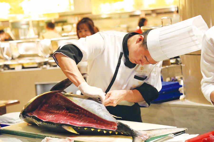 台中裕元花園酒店溫莎咖啡廳,引進重達約30公斤的新鮮鮪魚,由西餐主廚詹超然在現場親自秀刀工。圖/台中裕元花園酒店提供