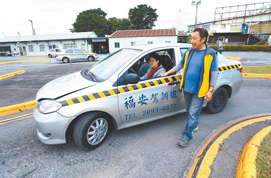 交通部擬提高駕訓班收費下限惹民怨,交通部承諾檢討。(本報資料照片)