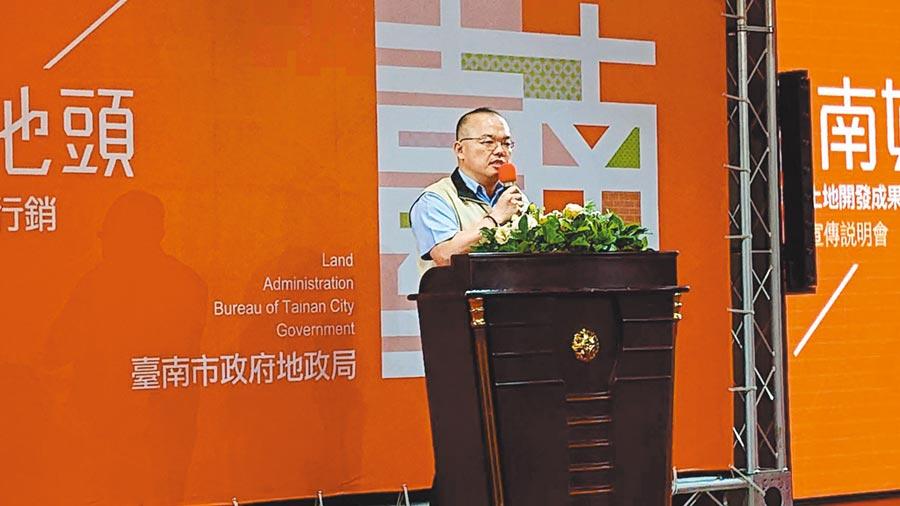 台南市副市長許育典向建商與土地開發商說明台南特色,歡迎業者投資。(程炳璋攝)
