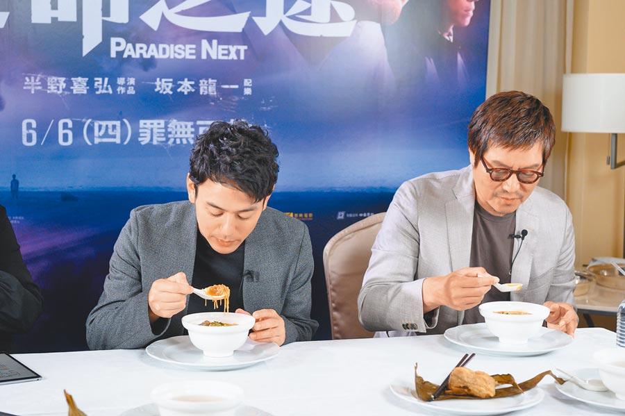 妻夫木聰(左)和豐川悅司認真試吃多種台灣小吃。