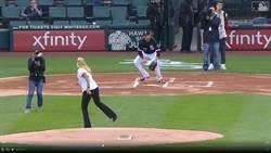 MLB》大媽最扯開球 攝影師竟無辜中彈