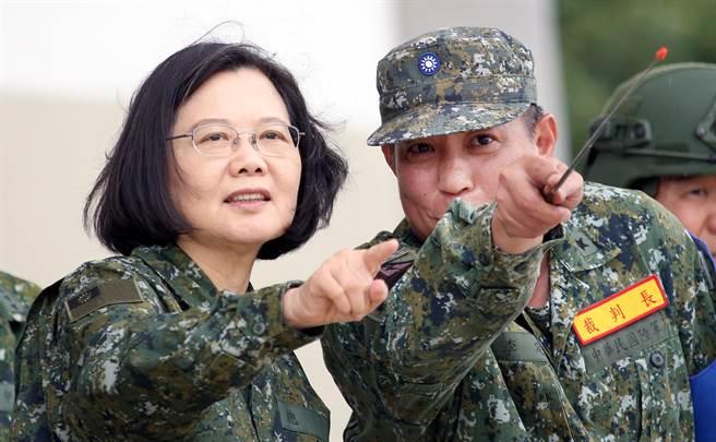 蔡英文總統(左)在裝訓部指揮官李定中少將(右)陪同下視察演習。(范揚光攝)