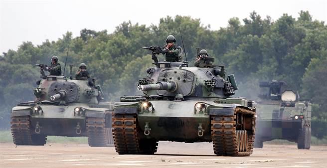 防衛部隊在CM-11勇虎戰車(左、中)及CM-33雲豹甲車(右)火力支援下,向佔領陣地的假想敵進攻。(范揚光攝)