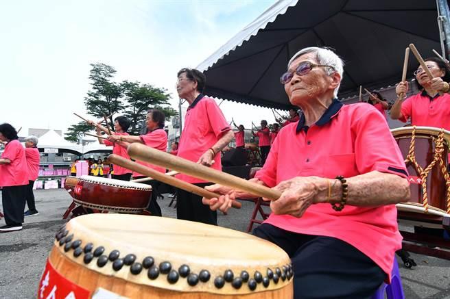 台東市老人會太鼓班的成員平均年齡約70歲,因為打太鼓圓了青春夢。(莊哲權攝)