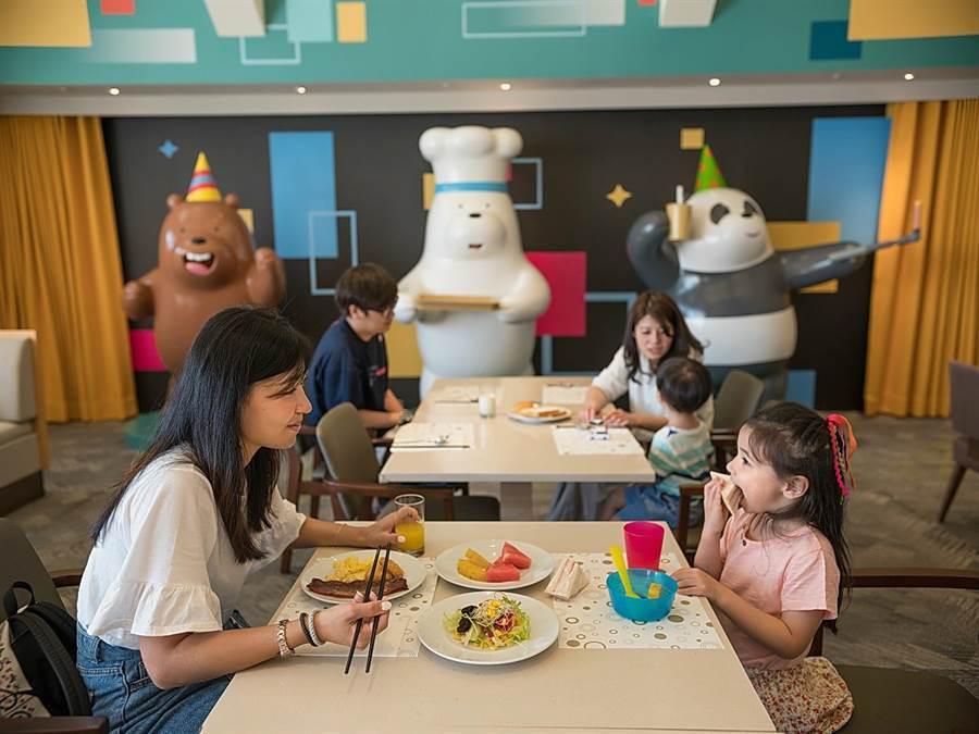 和逸飯店台南西門館4樓「卡通頻道派對歡樂廚房」,提供自助式中、西式早餐並讓卡通人物旅客一起開心用餐。(圖/和逸飯店