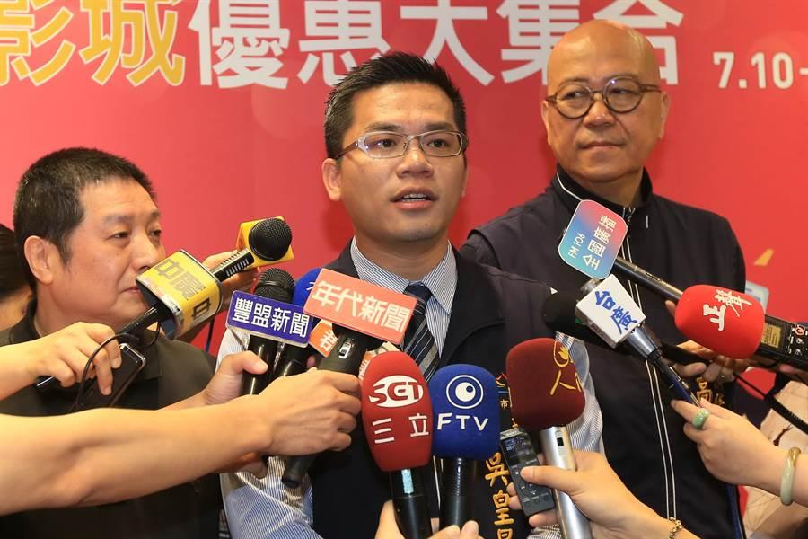 台中市府新聞局長吳皇昇表示,十家影城加入首屆台中購物節,還堆出各式優惠。(盧金足攝)