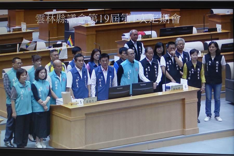 雲林縣議會誠信黨團、民意政團、國民黨團跨黨派25名議員,29日在總質詢中發言力挺韓國瑜參選總統。(周麗蘭攝)