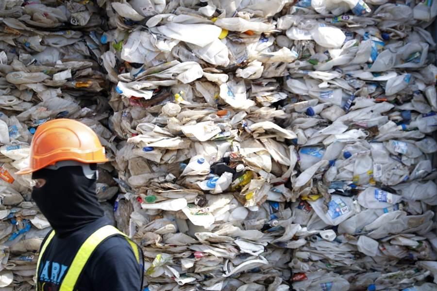 馬來西亞慘淪全球垃圾掩埋場,準備退還3,000公噸垃圾給美、英等十多個國家。(圖/美聯社)