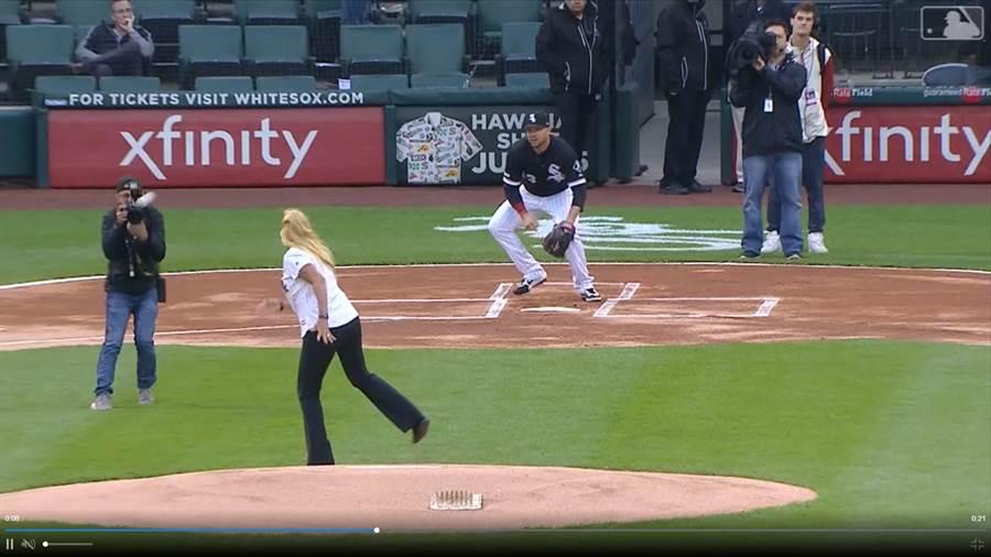 白襪邀請沒有經驗的女員工開球,沒想到球砸到攝影師。(截自大聯盟官網)