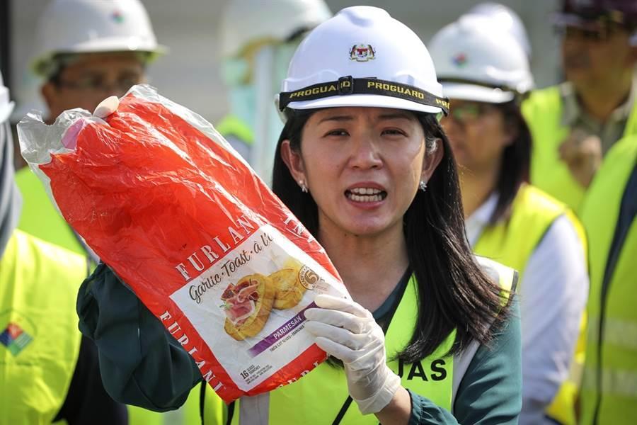 馬來西亞能源、科學、科技、氣候變化及環境部長楊美盈28日強硬抨擊:「已開發國家不能霸凌開發中國家,如果你運(垃圾)來馬來西亞,我們也會毫不猶豫地送回去。」(圖/美聯社)