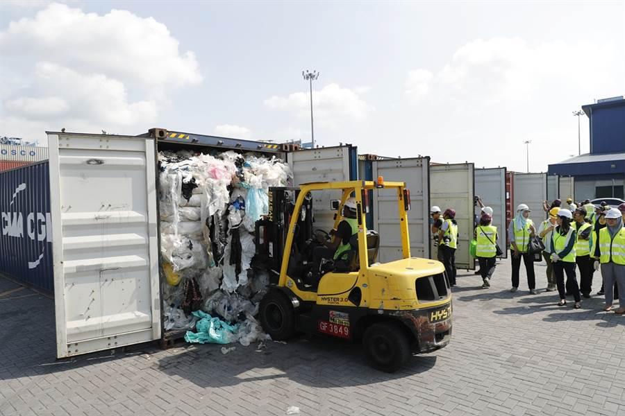 各國非法運垃圾到馬來西亞,馬國港口堆放一貨櫃又一貨櫃的塑膠垃圾。(圖/美聯社)