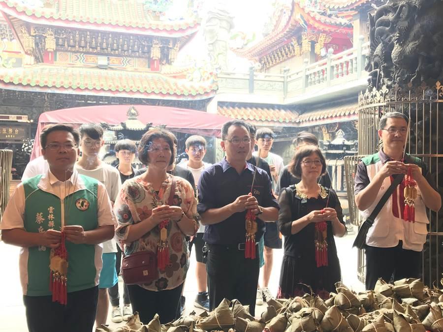 雲林縣議員蔡岳儒(左)和武德宮等共贈送4500顆粽子給弱勢家庭,並祈求保佑。(許素惠攝)