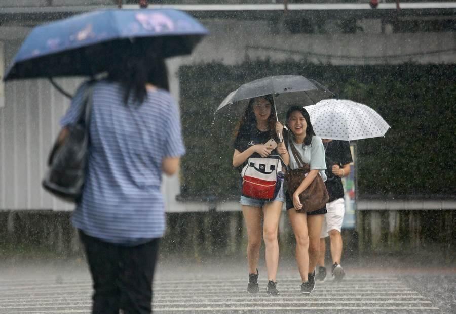 受熱氣低壓或颱風外圍環流影響,明起水氣北移,東部、東南部及恆春半島民眾出門,小心午後雷陣雨。(中時報系資料照片)