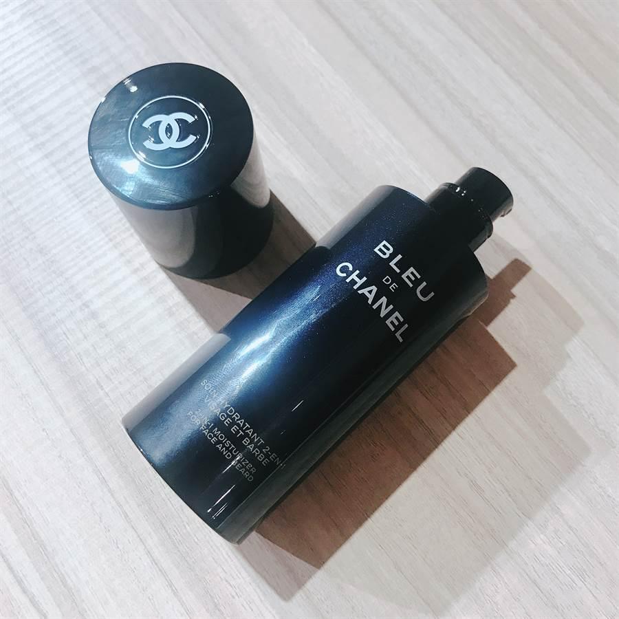 清潔肌膚後,先擦乾臉,可以直接使用此款全效乳液,讓肌膚保水卻乾爽,持香濃郁更加倍。CHANEL藍色男性全效乳液50ml/1720元。