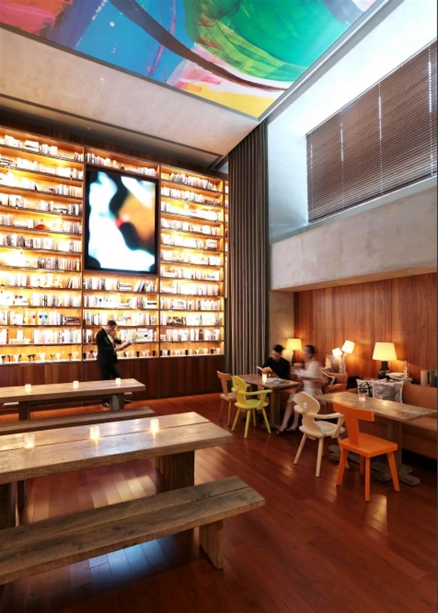 ▲高挑的書牆為餐廳增添文藝氣息 (圖片來源:SHotel提供)