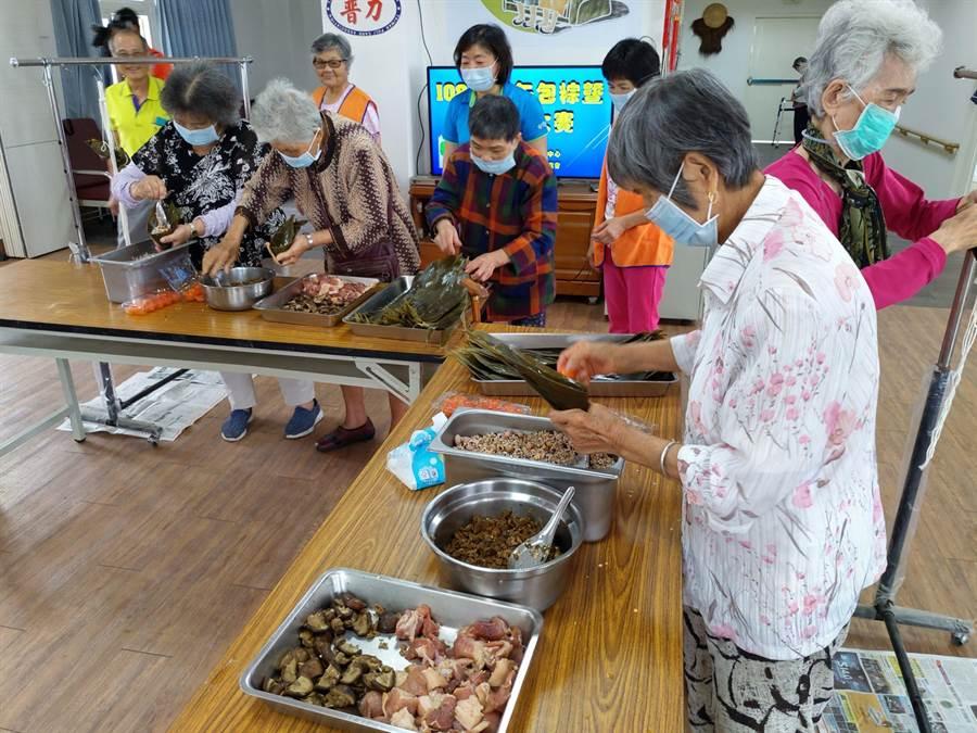 白河日照中心提前舉辦活動慶端午,上了年紀的阿嬤包起粽子來手腳俐落,一點也不含糊,也重溫往日時光。(莊曜聰攝)