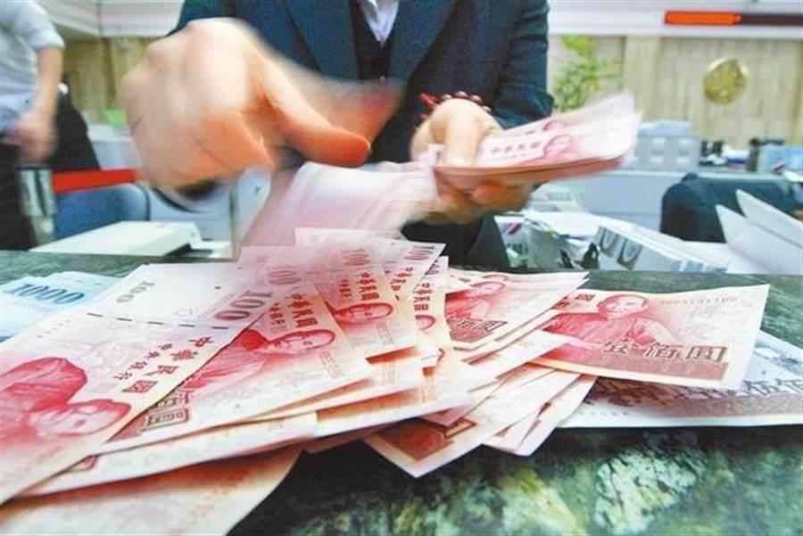 外資加碼上演大逃殺,使得新台幣一路下探至終場收在31.581元兌1美元,創逾28個月新低。(圖/中時資料照)
