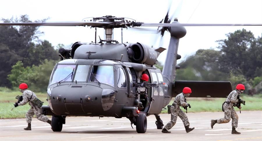 假想敵搭乘UH-60M黑鷹直升機機降,並占領陣地建立著陸場。(范揚光攝)