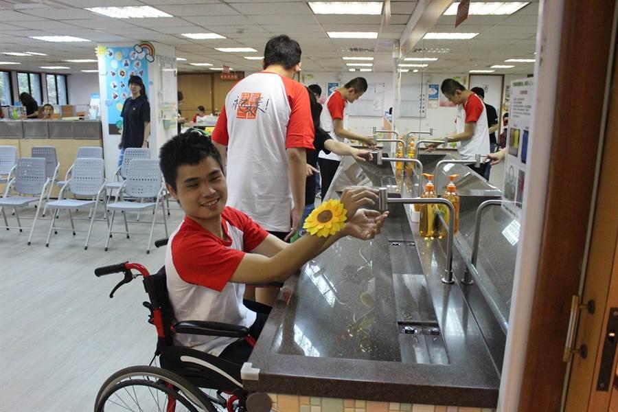 瑞助營造協助伊甸基金會,增建無障礙洗手槽,29日舉辦捐贈儀式,身障學員試用,除了洗手,可以照鏡整理儀容。(張妍溱攝)