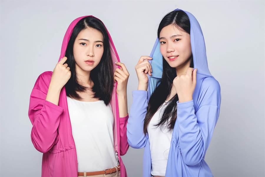 左起模特兒呂亞璇.李恩慈穿上伊林選品激凍紗防曬外套。(伊林娛樂提供)