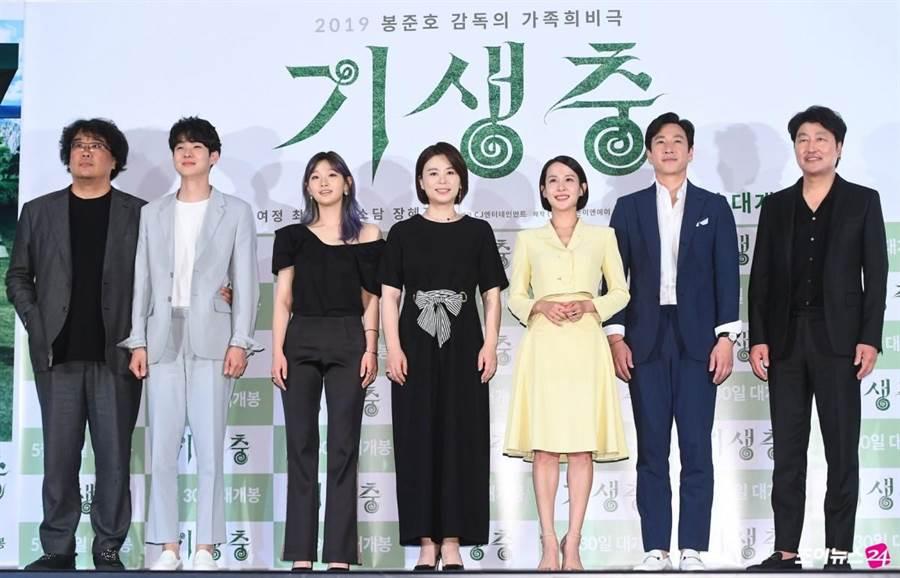 奉俊昊(左起)、崔宇植、朴素丹、張惠珍、曹汝貞、李善均、宋康昊一同出席首映。(擷取自網路)