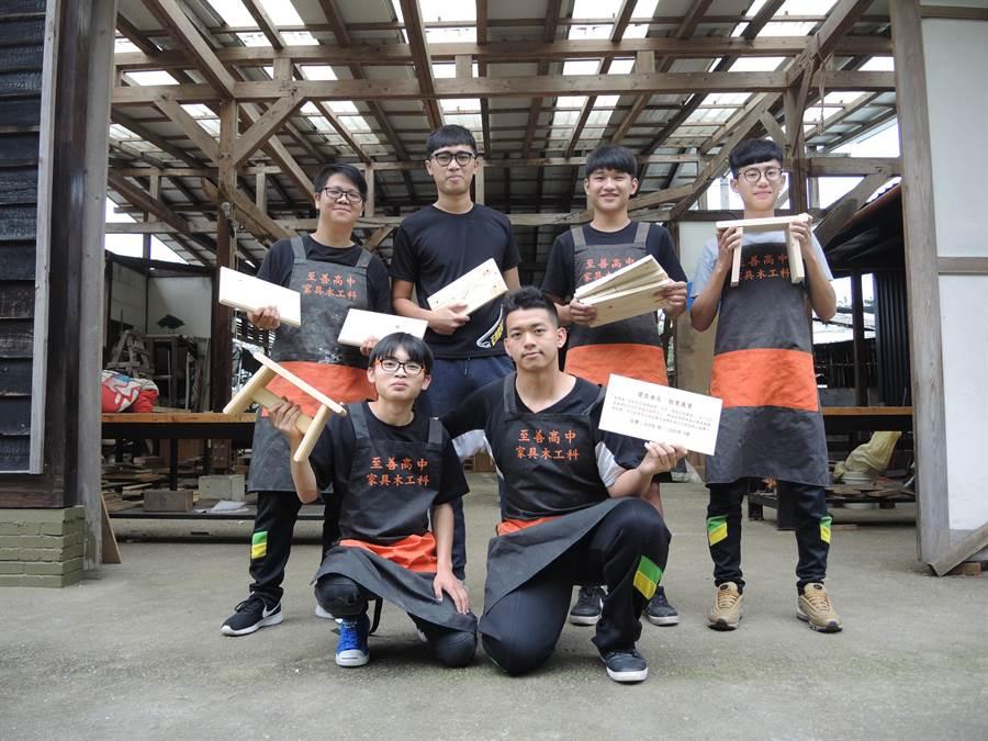 至善高中木工科為籌措赴泰北經費,師生一同利用木工專業設計製作板凳義賣。(邱立雅攝)