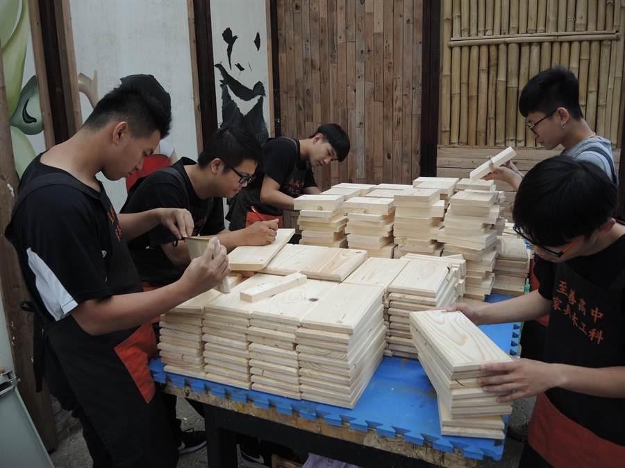 至善高中木工科師生為籌措赴泰北經費,動手自製板凳義賣。(邱立雅攝)