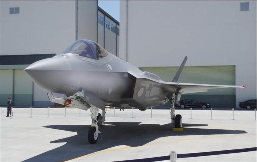 日本航空自衛隊墜毀的F-35A經過將近2個月打撈,已尋獲發動機等大型殘骸。圖為首架由日本三菱組裝的F-35A。(圖/日本航自衛隊)